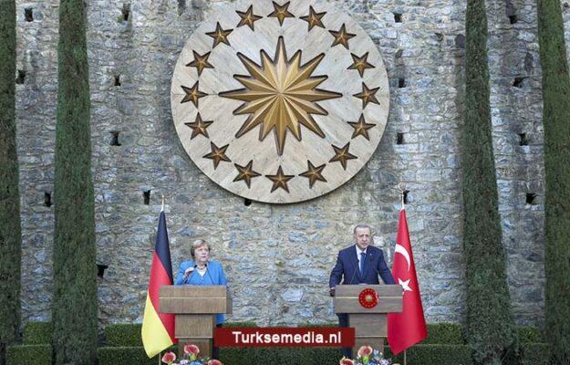 Merkel voor afscheid naar Turkije, ontvangt stevige boodschappen