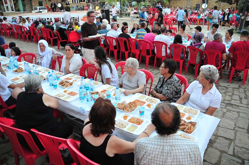 Moslims en christenen bijeen tijdens iftar op turks eiland turkse media exclusief turks - Centraal eiland om te eten ...